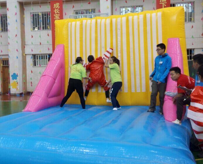 沈阳师范学院体育馆举行了2015教师节趣味运动会